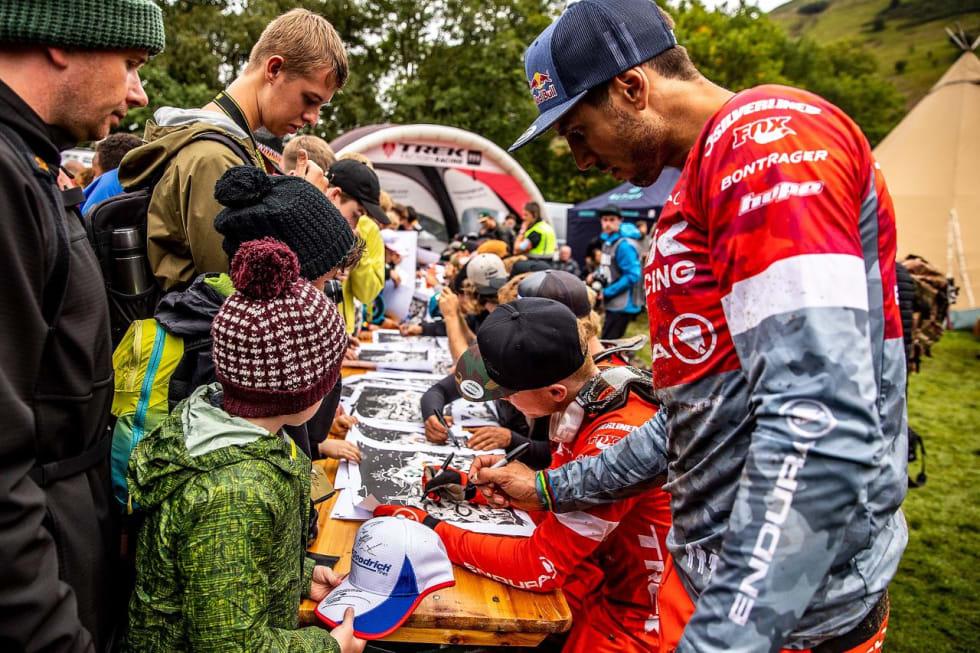 GOD STEMNING: Gee Atherton tar seg tid til å mingle med fansen under Hardline. Foto: Sven Martin/Red Bull