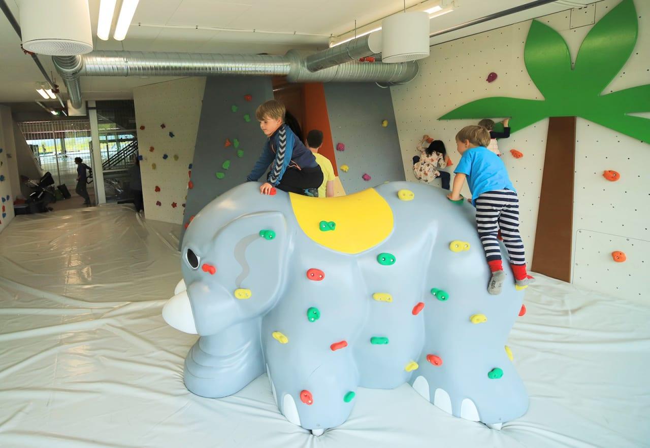 TIDLIG KRØKES: Det nye klatresenteret kan by på buldring for de aller minste i familien. Foto: Stein Tronstad