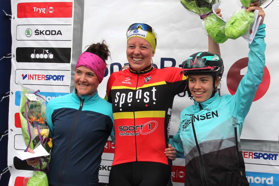 Ingrid Sofie Bøe Jacobsen tok seieren på Norgescupåpningen foran Kerry MacPhee (til venstre), mens Marit Sveen ble nummer tre. Foto: Målfrid Ravnåsen Vangen