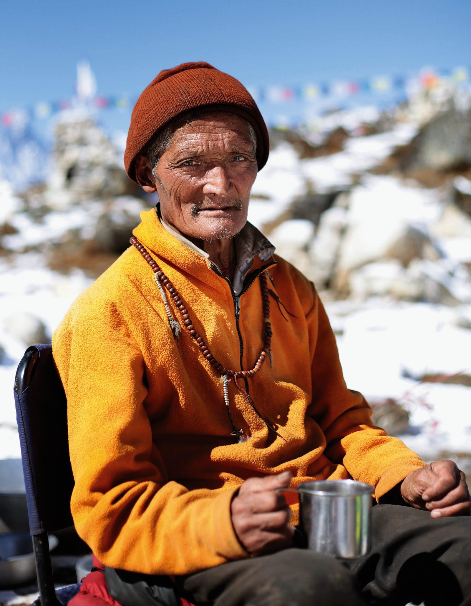 Velsignet være: For Sherpaene er velsignelsen fra den lokale Lamaen helt avgjørende for klatringen. Foto: Matti Bernitz
