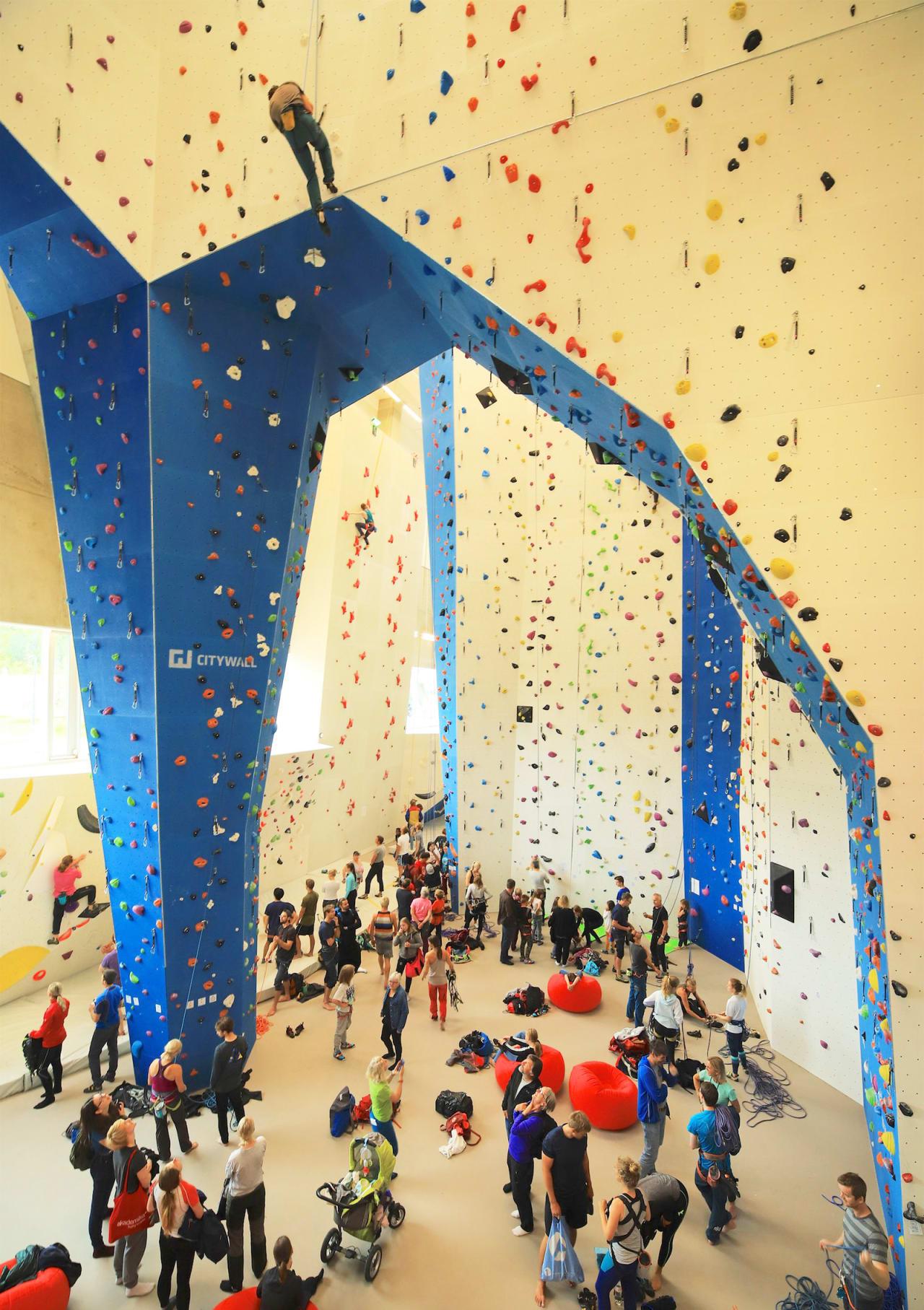 TI GANGER STØRRE: Den nye hallen har 18 meter høye vegger. Foto: Stein Tronstad