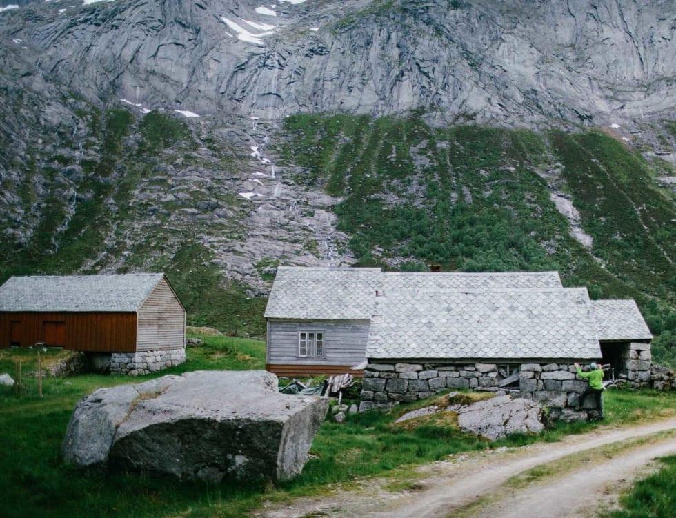 TØRRTRENING: Odd Magne Øgreid buldrer på Fjellandsbø – gården lengst inne i dalen. Øktertindveggen i bakgrunnen.