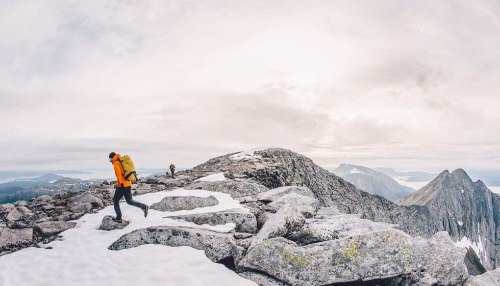 RETUR: Fra toppen av Ulvanosi hvor man kommer opp etter å ha gått Kolkjerreryggen. Returen går over Geitadalstind som man ser i bakgrunnen.