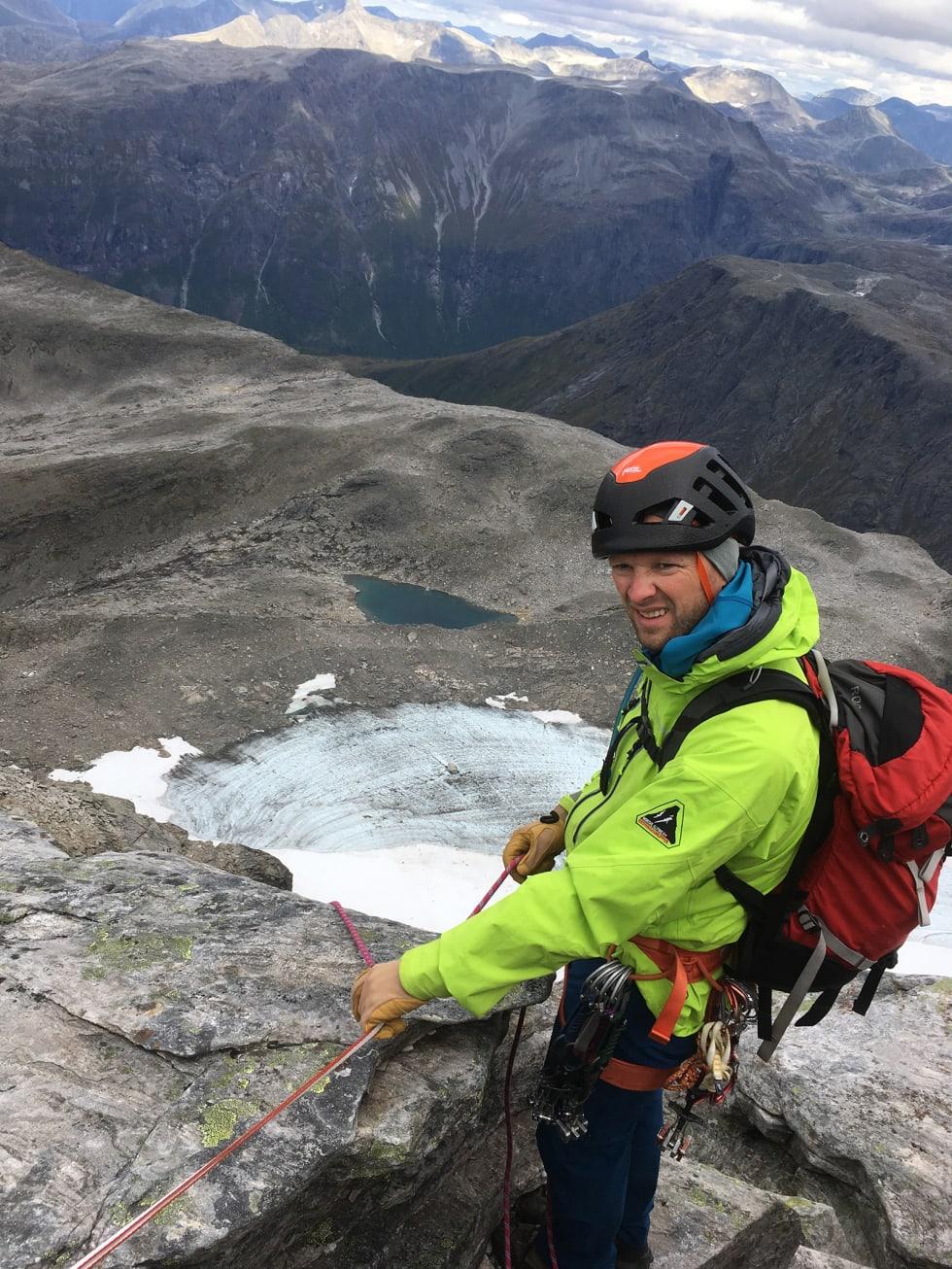 REDNINGSKLATRER: REDNINGSLEDER: Kevin Kolstad har vært medlem av Romsdal Fjellredningsgruppe i åtte år og overtok lederrollen i vår. Foto: Privat