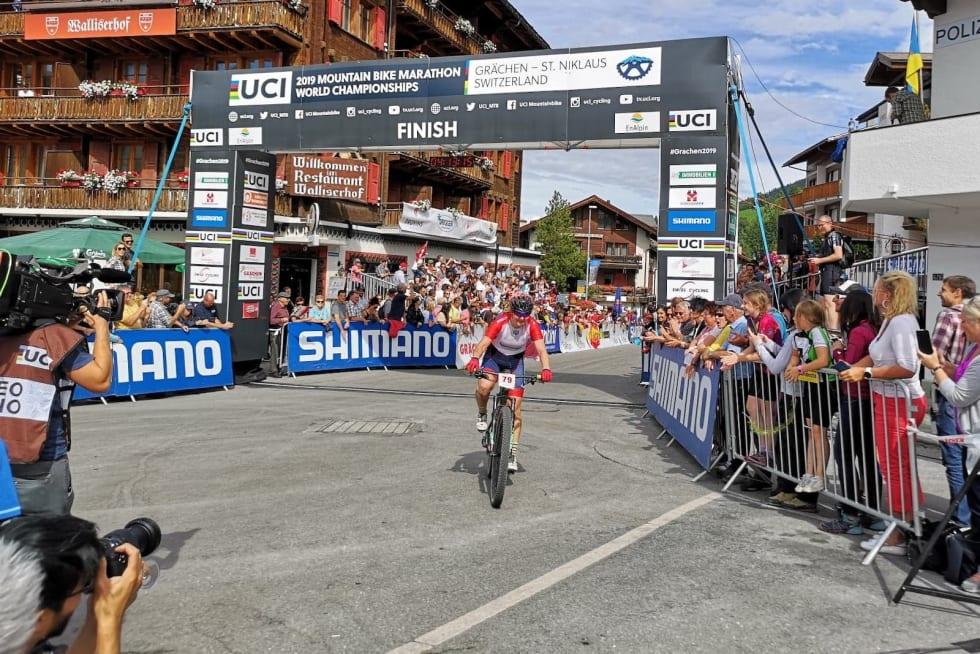 Sylvi Sommer i mål etter 69 bratte og varme kilometer under maraton-VM i Grächen i Sveits. Foto: Privat