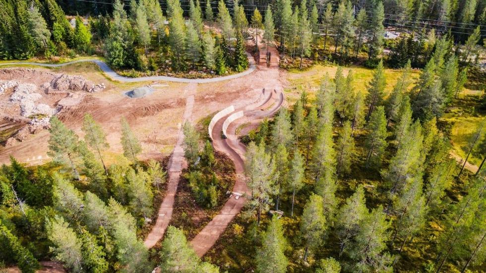 Her bygges den nye Twin Peaks parallelslalåm-løypa som skal åpne til høstferien. Foto: Andreas Fausko