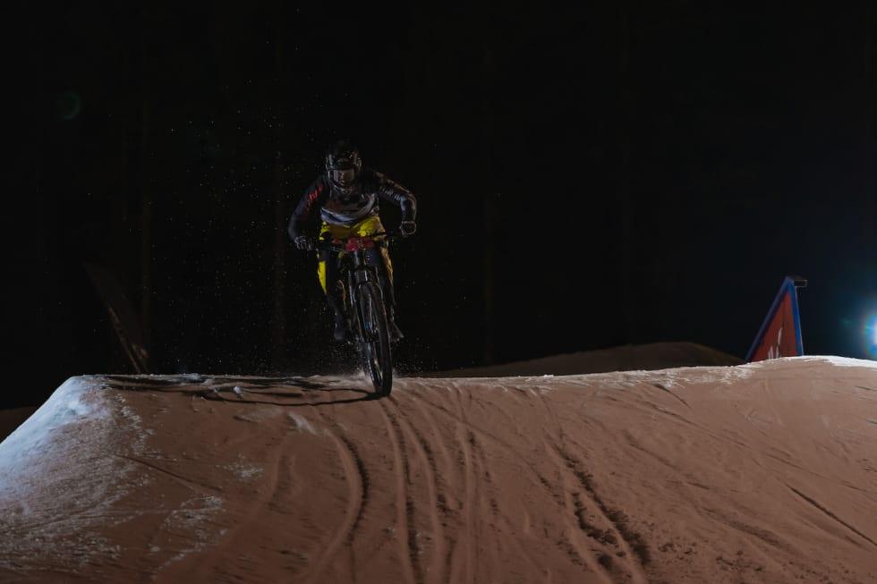 Adrian Akre over hoppkanten. Foto: Morten Dodson