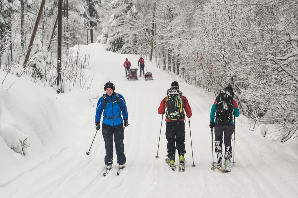 BLANDINGS: Brede og smale ski i skjønn forening i Oslomarka. Foto: Line Hårklau
