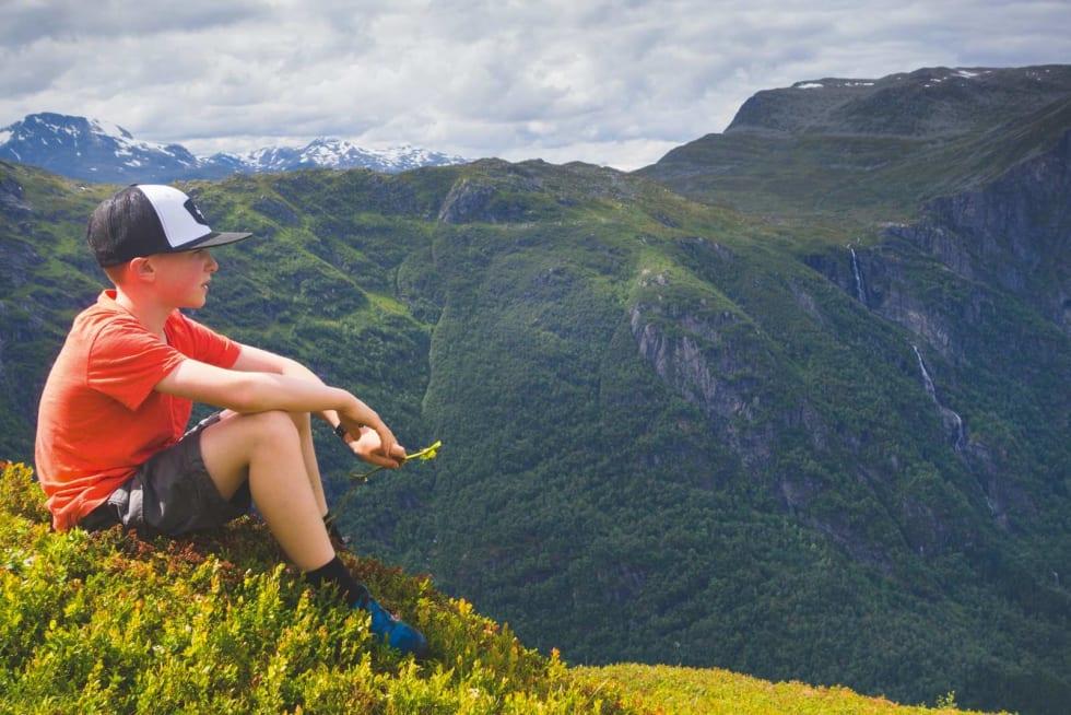 PAUSE: Snorre (10) tar en pust i bakken på vei opp på Eggenipa.