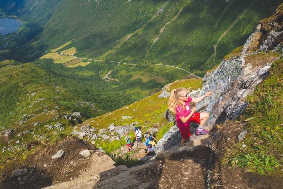 TAR TAK: Aurora (11) synes fjelltur er ekstra gøy når du kan entre deg opp langs kjettingen.