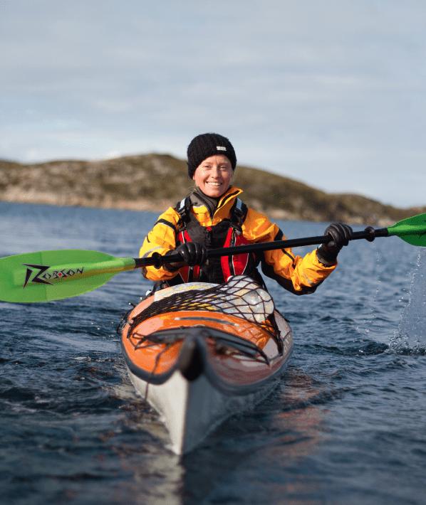 FINE FORHOLD: Åsa Petterson utforsker Flatangers nydelige fine skjærgård fra kajakken.