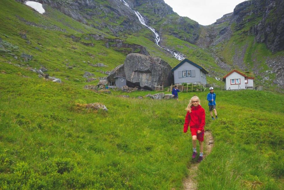 ØVREDALEN: Aurora (11) og Snorre (10) setter opp farten etter at vi har passert Gåsemyrstøyen, der husene ligger i ly av digre steiner.