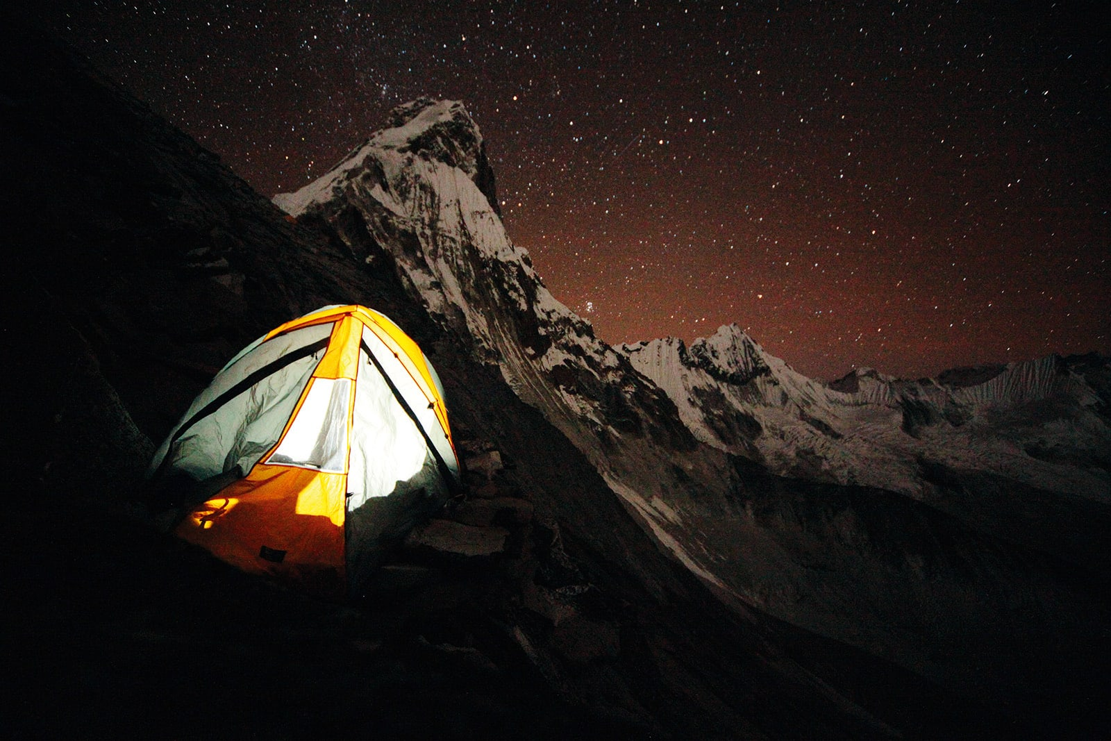Stjernegalleri: Natt i Camp 1, med slitne klatrere og fantastisk utsikt over Himalaya. Foto: Matti Bernitz