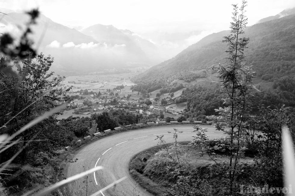 SNART KLART: Så fort vi er nede fra Col de Marie Blanque, venter Col du Aubisque på oss på andre siden av dalen.