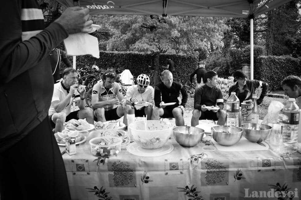 MATAUK: Guidene har laget lunsj i det fri. Ta til du blir flau og sykle videre, noen andre tar oppvasken.
