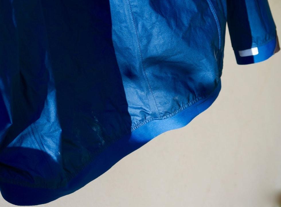 STRIKK: Nederst på ryggstykket er det en strikk som holder jakka på plass, også når du har sekk på.