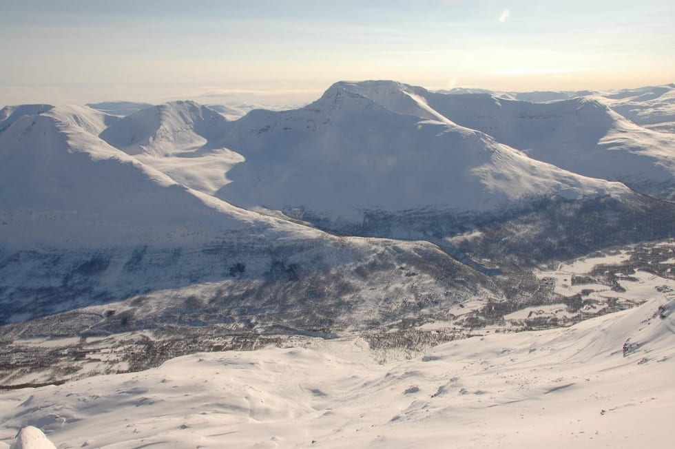 Oppstigningsryggen på Blåbærfjellet med Rostafjellet midt bak. Arkivfoto: Espen Nordahl