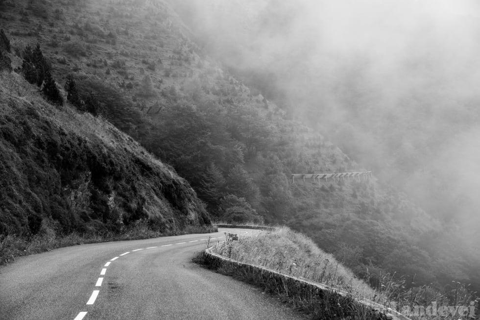 OPP I TÅKA: Det er mye regn og tåke i Pyreneene. Aubisqe er et værskille i regionen, på andre siden er det sol.