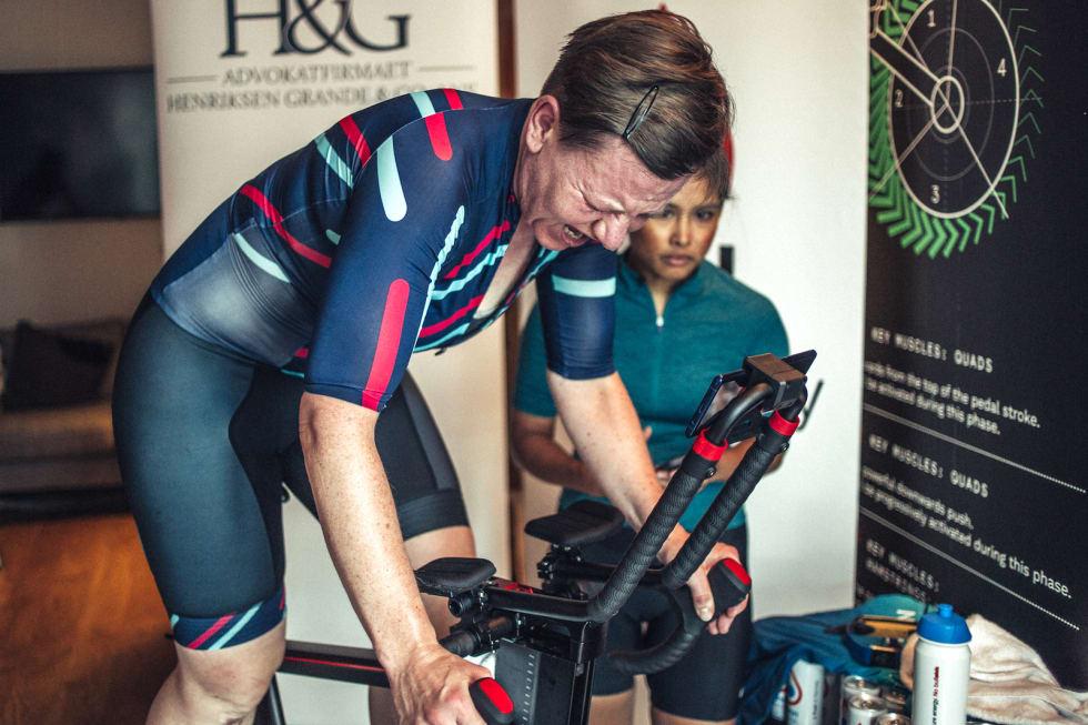 TRØBBEL: Adelheid Huuse skulle bare opp og riste på beina et øyeblikk, men da låste sykkelen seg. Foto: Marte Vike Arnesen