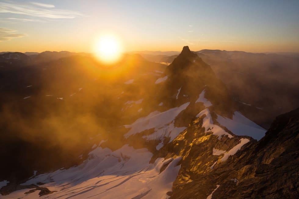 Soloppgang: Tidleg morgon over Kvanndalstind.