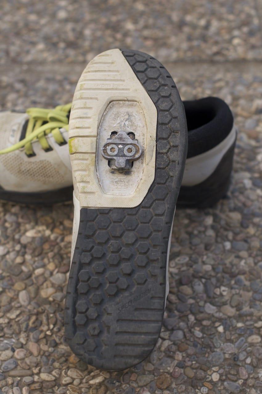 GODT SKJULT: Skoklossen holder seg unna parketten når du går. Sålemønsteret er utformet for grep og for å lede deg til innklikk i pedalen.
