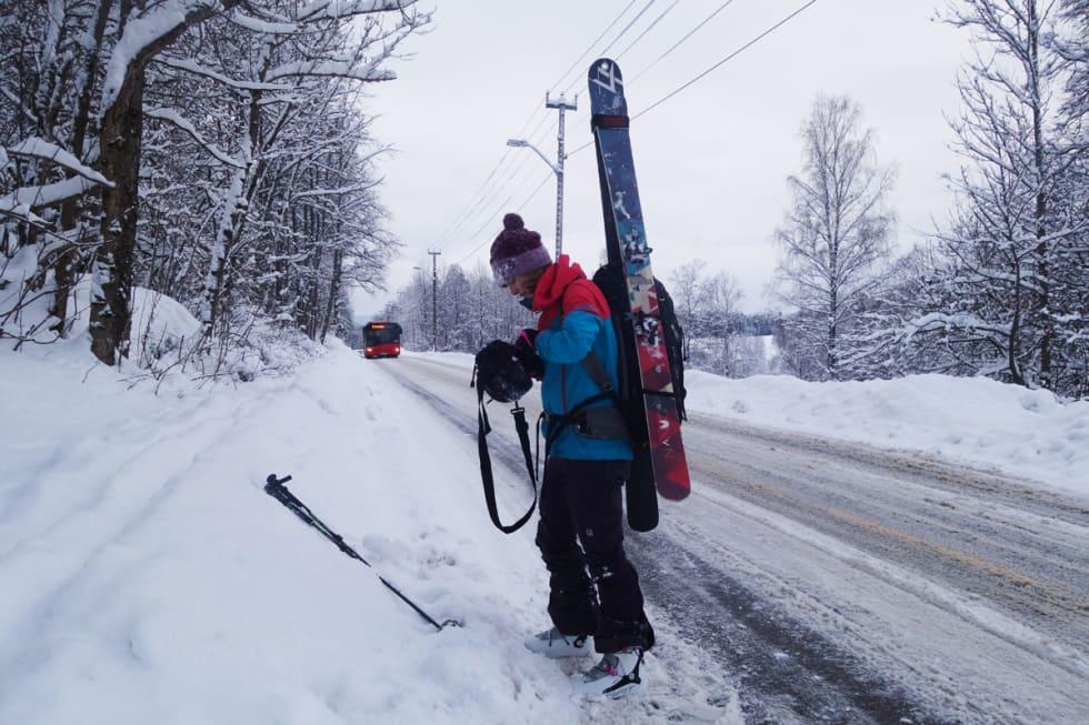 ETTERPÅ: Gunhild venter på bussen med skiene festa på sekken, slik man må på teknisk krevende toppturer. Foto: Erlend Sande