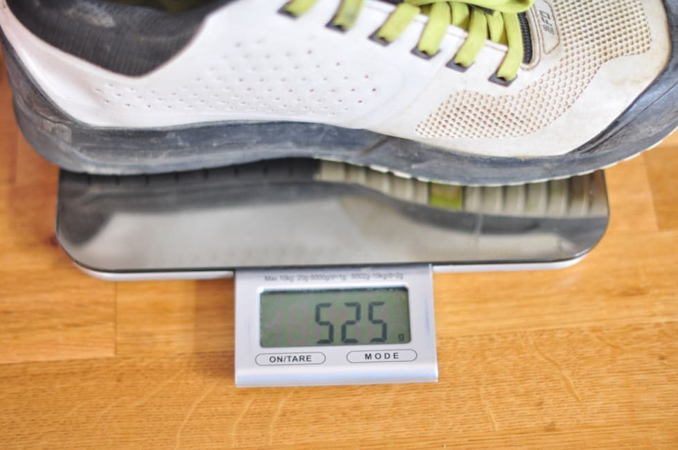 VEKT MED KLOSS: Drøye halvkiloen per sko med kloss i størrelse 43 er som forventet for denne typen sko.