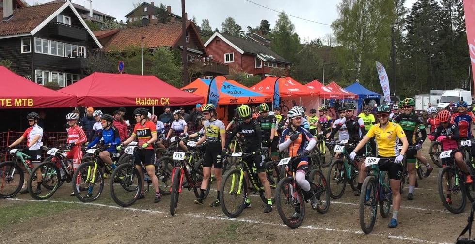 Damestarten på kortbanerittet på Langsetløkka. Foto: Lena Øverbye