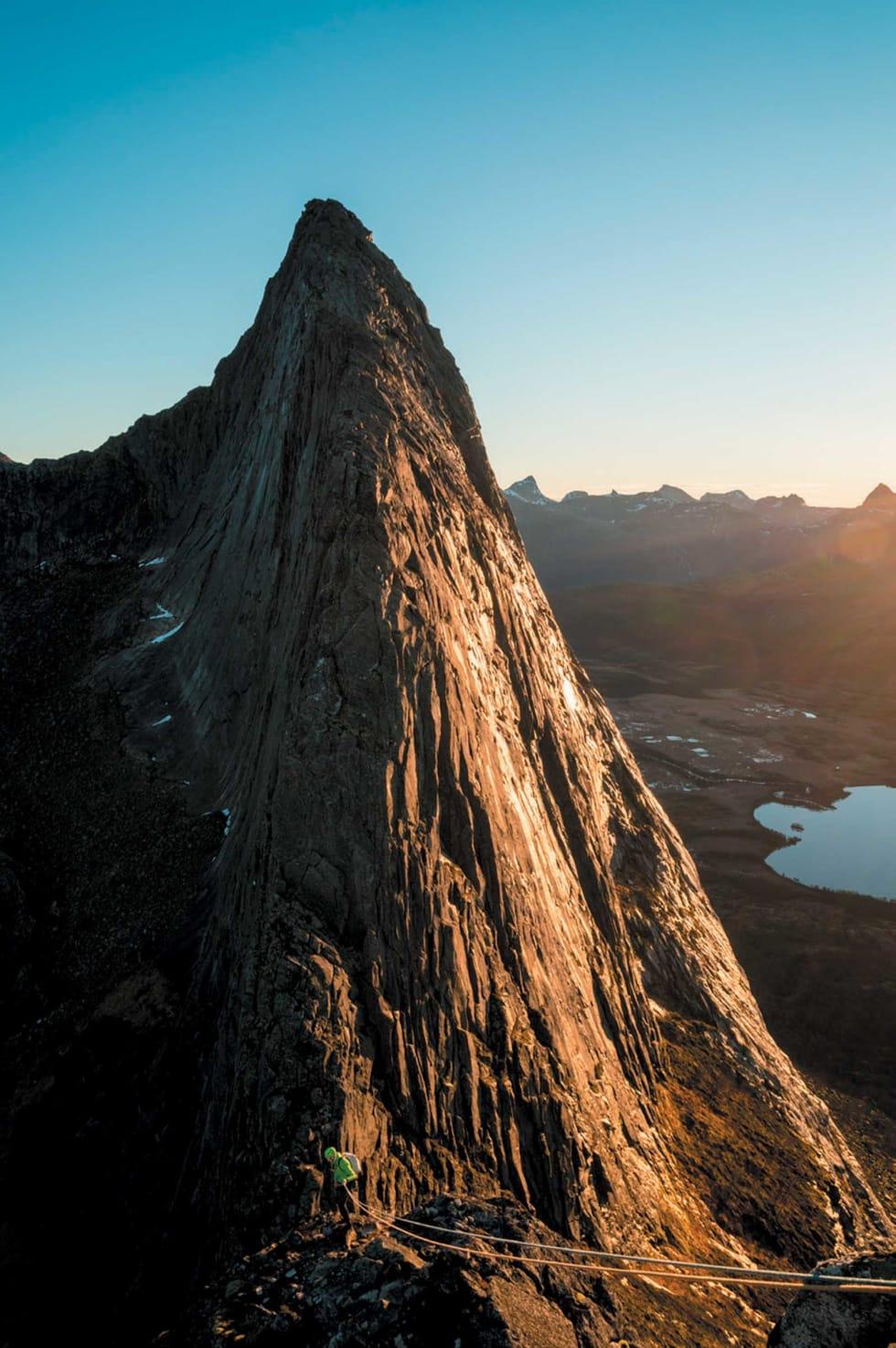 KOMPAKT SAK: Soloppgang/solnedgang over Stråndåtind. Foto: Jarl Gåsvær