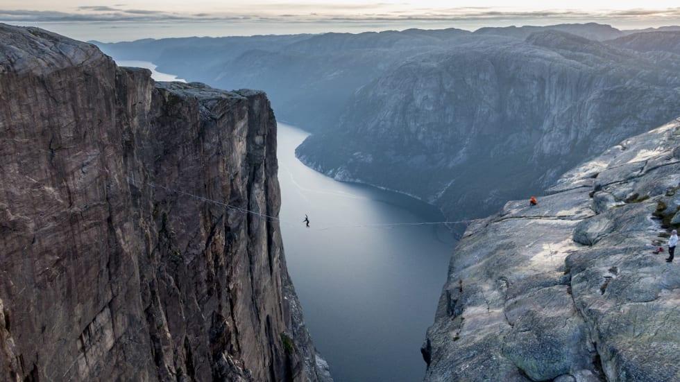 Denne uka greide Martin Gravdal de 140 meterne tvers over Lysefjorden på første forsøk. Foto: Andreas Lange og Borghild Nerheim