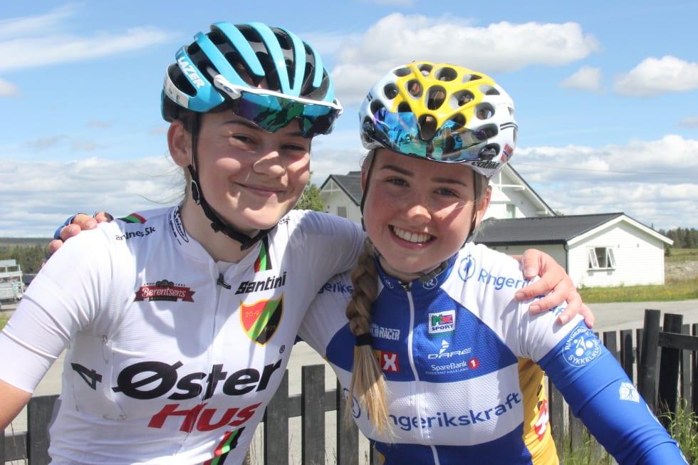 """TUNGT: Juniorvinneren Mari Hole Morh (til venstre) og Magdalene Lind, som ble nummer to, synes den 88 kilometer lange etappen var """"grusom"""", men smilte likevel bredt etter målgang. Foto: Ingeborg Scheve"""