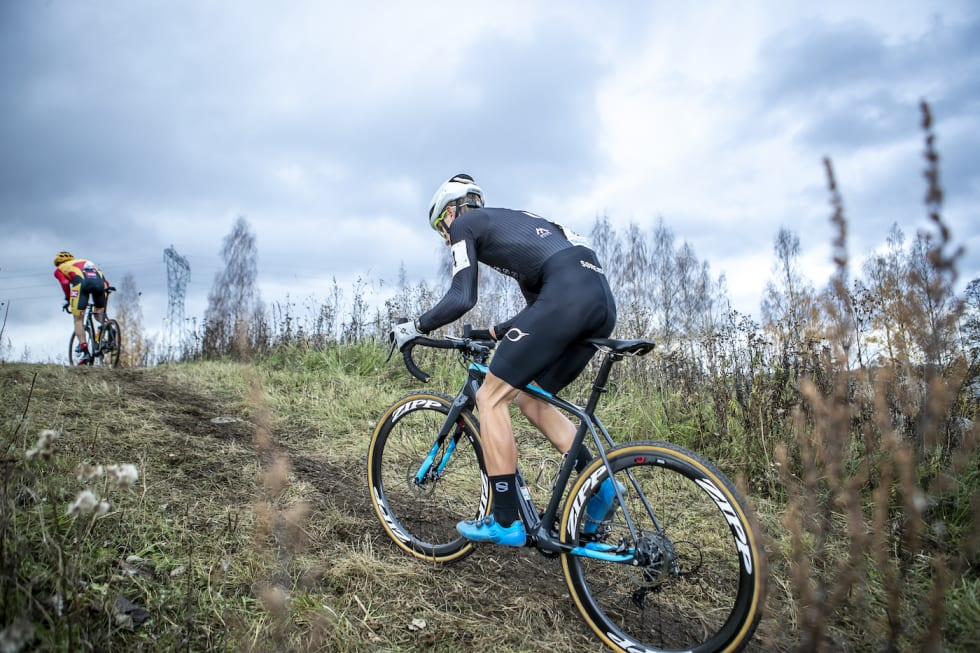 Anders Johannessen jager en av sine nye kollegaer i Uno-X Hydrogen Development Team under Norgescupåpningen i kross i oktober. Foto: Pål Westgaard