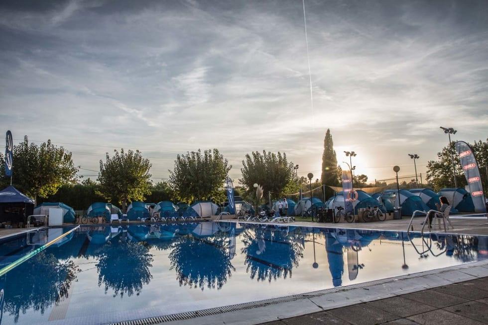 BLÅ LAGUNE: Kort vei til morgenbadet. Leiren er organisert rundt et stort svømmebasseng bare noen meter fra velodromen i Sineu.