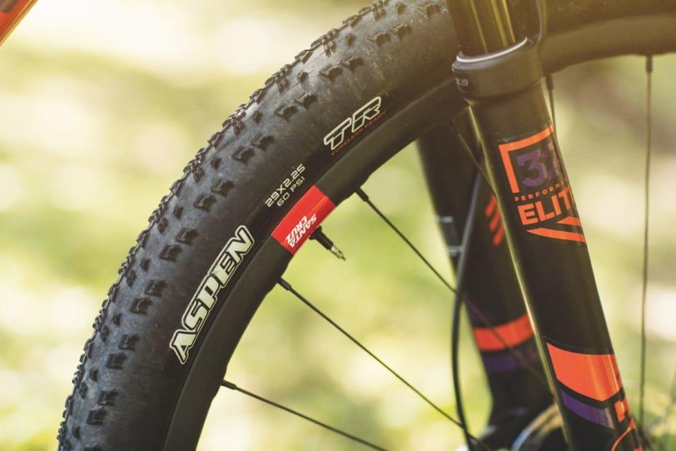 RASKT: Maxxis Aspen er kvikke dekk for fast underlag. Karbon-hjulene er robuste, men ikke verdens letteste. De kommer med livstidsgaranti