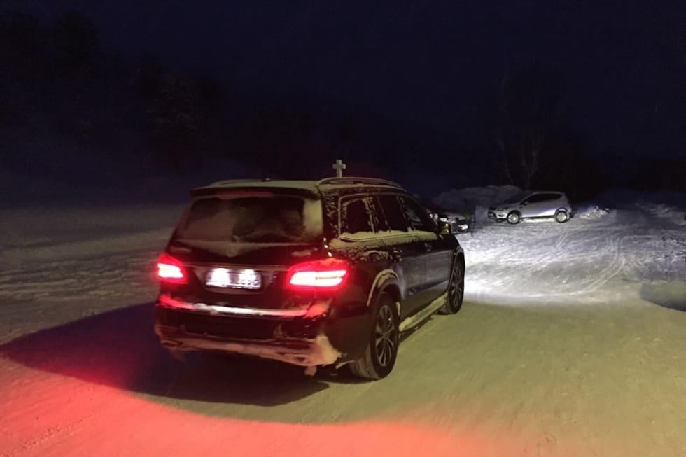 Den omkomne skredtatte skiløperen ble fraktet videre med bårebil. Foto: Sjur Melsås