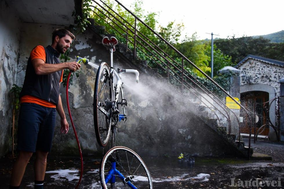 VASKEMASKIN: Hver dag vasker Mattio Begna sykkelen din. Sett den fra deg og den er ren neste morgen.