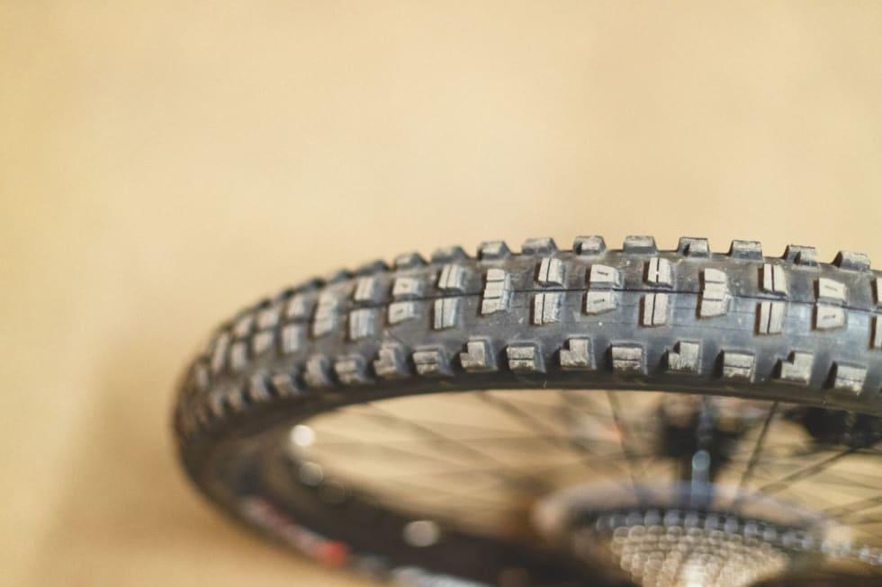 GROVE DEKK: Maxxis-dekkene på Merida-sykkelen er skikkelig robuste og grove.