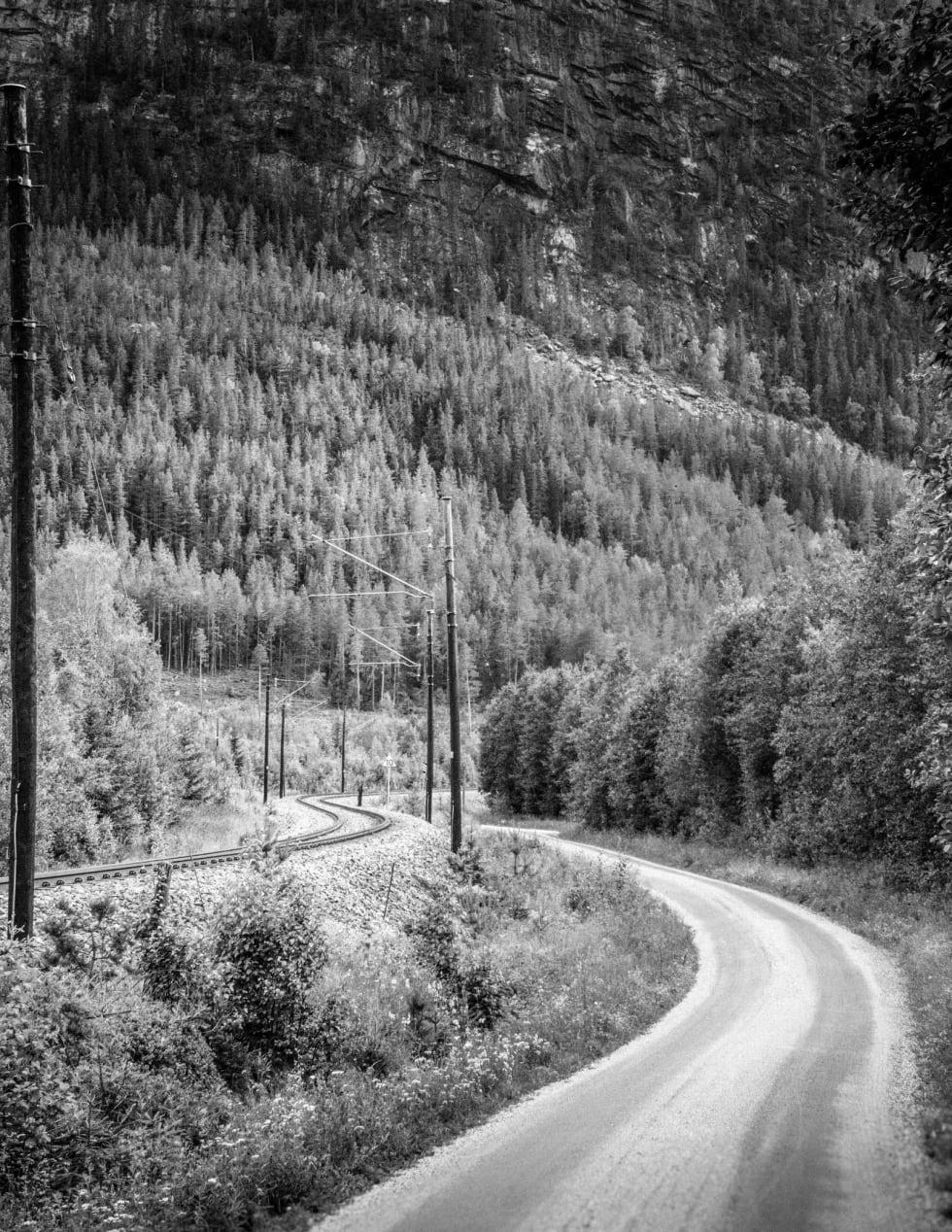LANG KLATRING: Nic Eilertsen på vei opp fra Leveld mot toppen av Fanitullvegen. Klatringen går i flere bratte kneiker, men er overkommelig for de aller fleste.