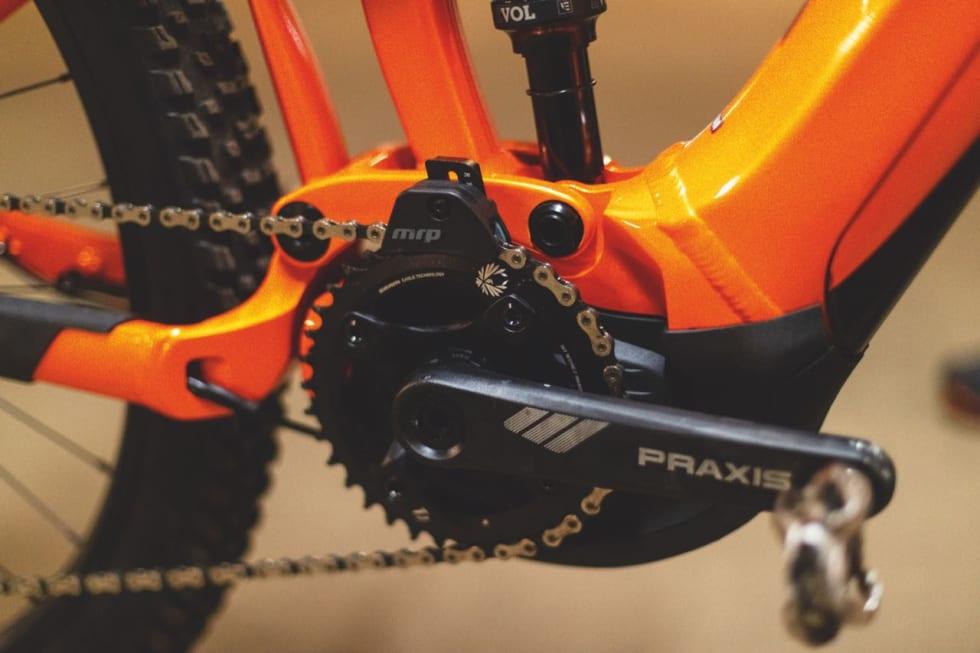 KJEDEFØRER: Yamaha-motoren kan brukes med to-delt krank, eller single-krank med kjedefører.