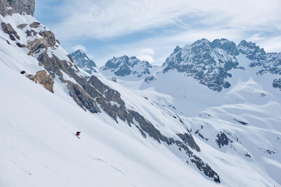 PÅ VEI NED: Den første, korte nedkjøringa etter den siste nedfiringa hadde fin snø. Tobias Geisler har vært sponsa frikjører, og viser litt av gammel storhet på vei ned mot Wendengletscher. Bilde: Anton Brey