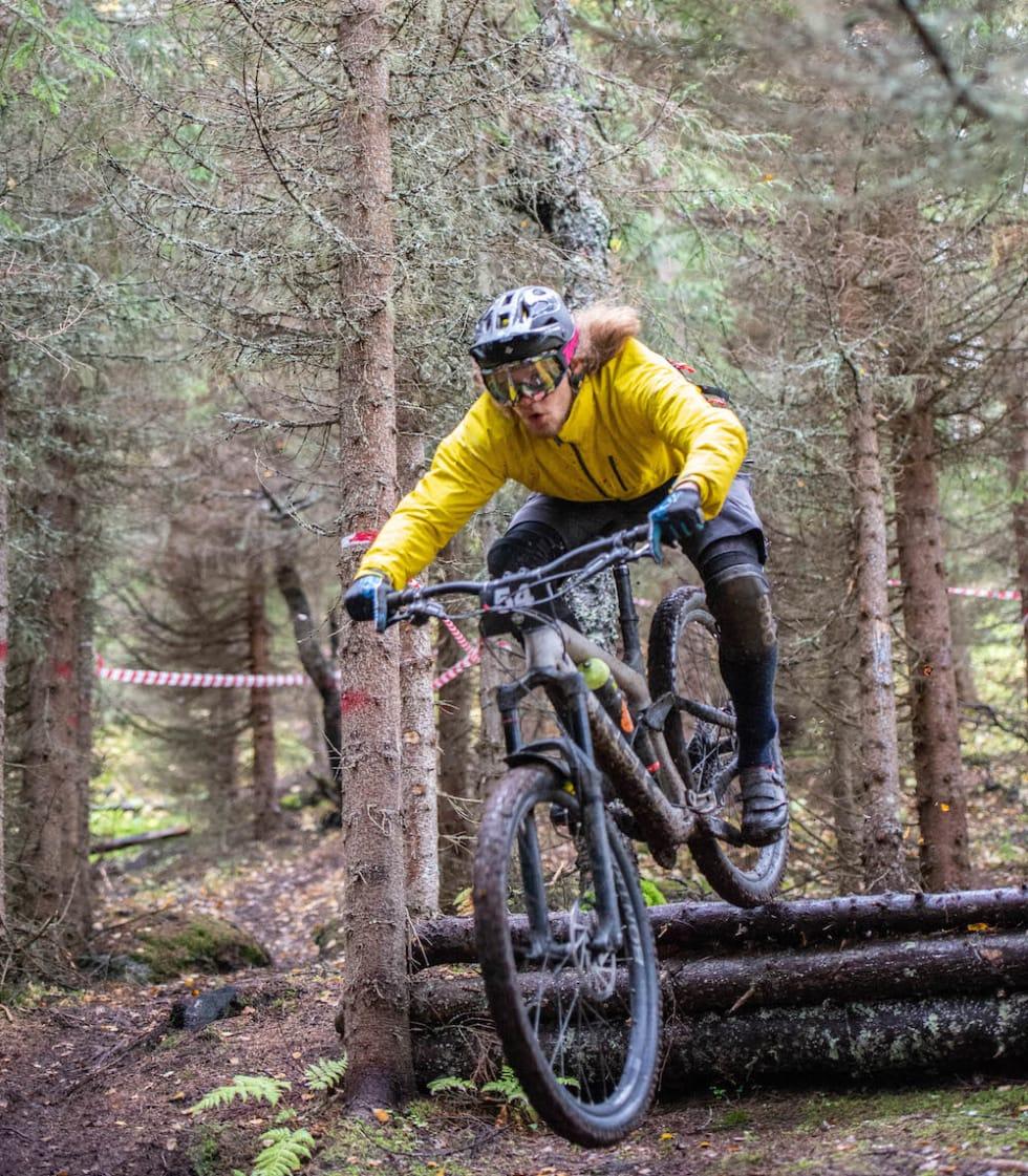 Flere og grovere etapper, men også mye flyt og relativt korte etapper er noe av det som venter deltakerne i Harstad Enduro til helga. Foto: Hans Magnus Einen Larsen