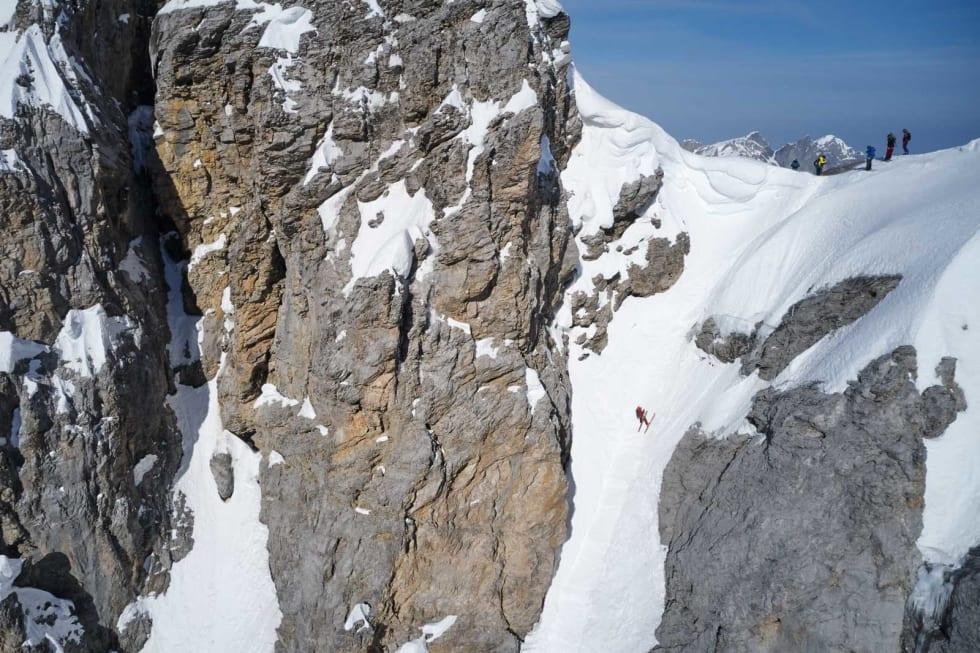 NEDFIRING: Den første rappellen på Titlis rundt kan strengt tatt kjøres på ski, men da skal forholdene og ferdighetene være på topp. De fleste foretrekker å bruke tau. Her er Tobias Geisler på vei ned. Bilde: Anton Brey