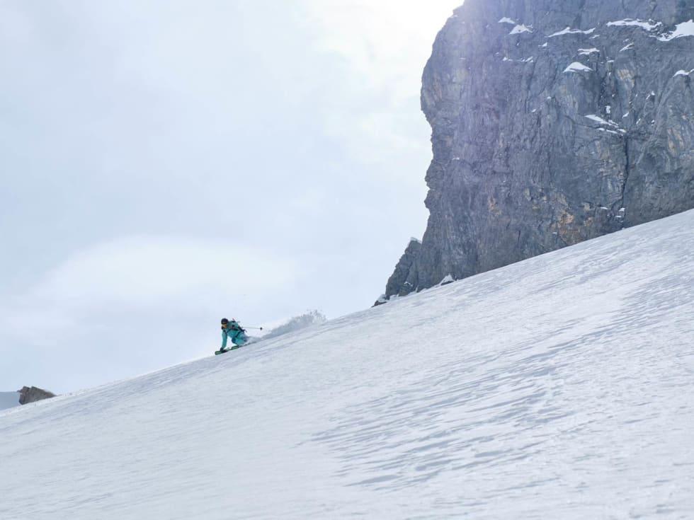 LANG NEDTUR: Lorraine Huber setter fart på breen Firnalpeligletscher under Titlis´ imponerende østvegg. Bilde: Anton Brey