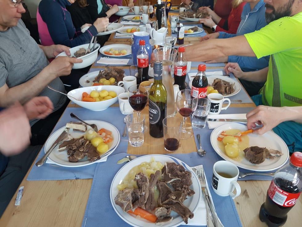 Mat må man ha - Fikk servert festmåltid på Jotka - Rein og buljong - Her sammen med en gruppe skigåere som også overnattet her - Stig R Nilsen 1400x1050