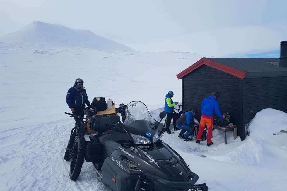 lunsj ved det kjente landemerket Vuorje 1024 moh Ulf Helge Johansen - Foto Stig R Nilsen 1400x933