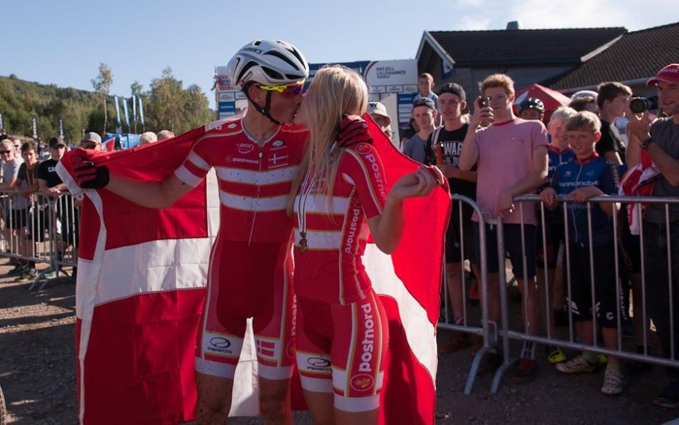 GULLKYSSET: Simon Andreassen og Malene Degn feirer gull og sølv på beste mulig vis.
