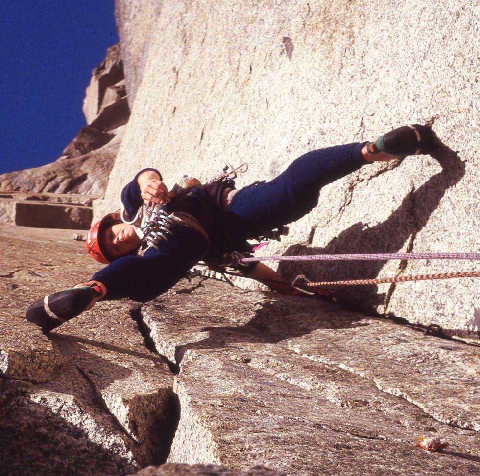 NOK EN STORVEGG: Berit på den 900 meter lange Chamonix-klassikeren American Direct (6c)  på Petit Dru i 1992. Foto: Aslak Aastorp.