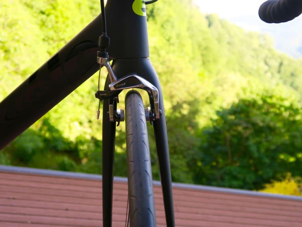 MODERNE: Hjulbeint gaffel er mer aerodynamisk enn tidligere års trange gafler. R5-gaffelen er stiv og presis.