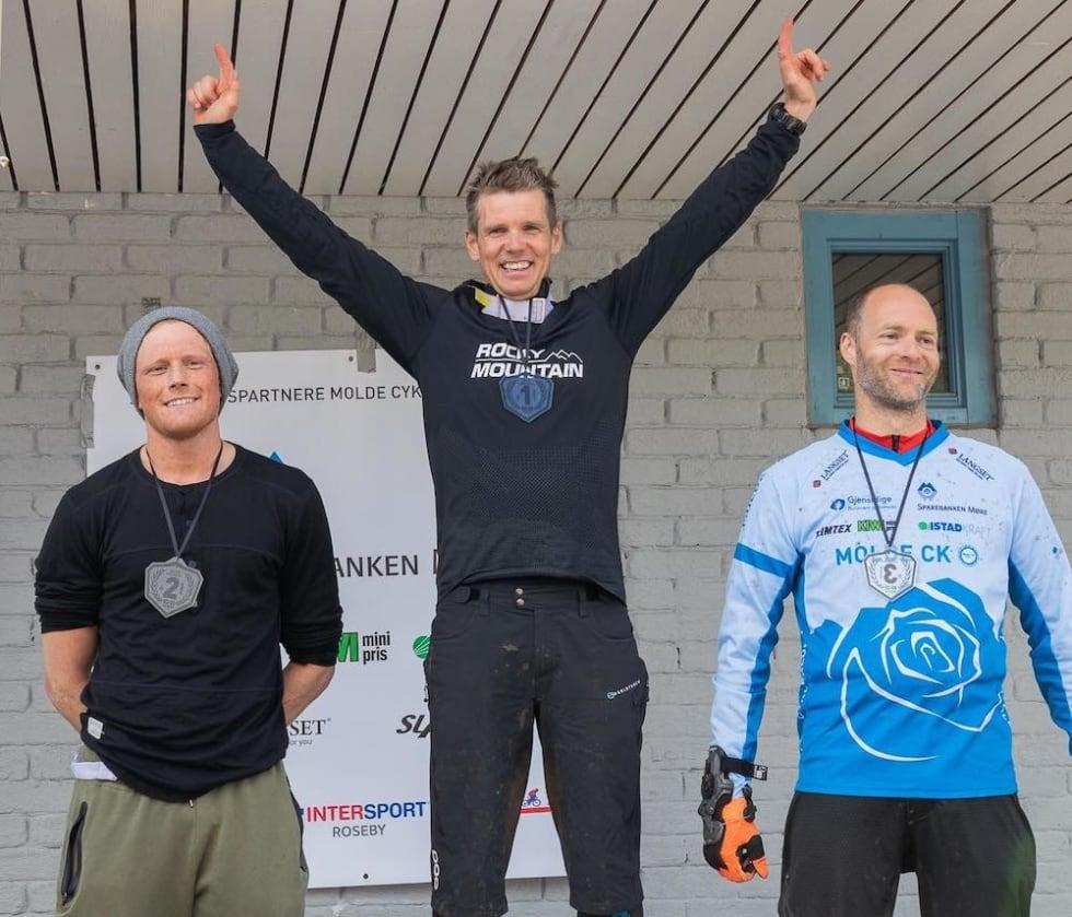 Pallen i herreklassen: Espen Johnsen vant foran Arne Varhaug (til venstre) og Pål Nakken. Foto: Gard Johannes Gauteplass