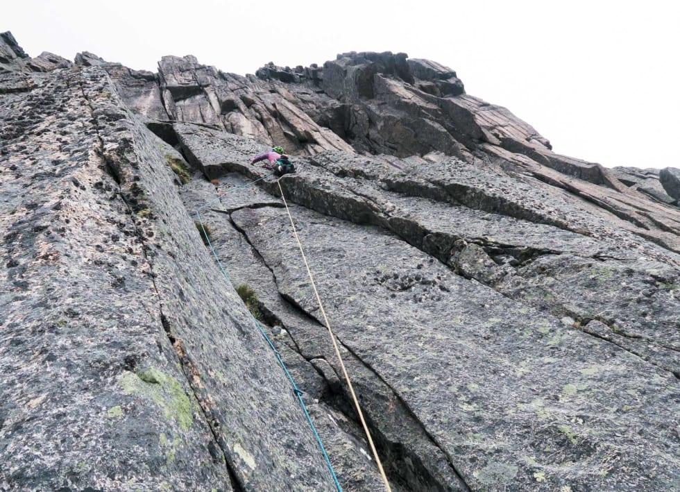 SOMMERFERIEBILDER: Berit Skjevling leder opp klassikeren Super Gran (7-) i Molladalen på Sunnmøre. Foto: Aslak Aastorp